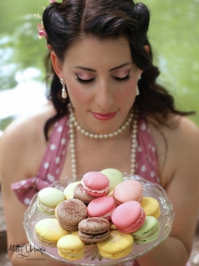 Martina Urbanič - Pin Up Lady with macarons